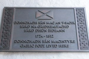 512px-Plaque_to_Duncan_Ban_MacIntyre,_Roxburgh_Close,_Edinburgh